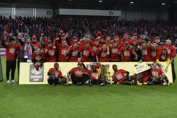 Víťazmi Slovenského pohára - Slovnaft Cupu 2015/2016 sa stali futbalisti AS Trenčín, ktorí vo finále zdolali ŠK Slovan Bratislava 3:1.