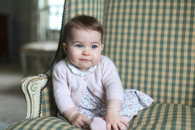 Prvé pózovanie princeznej Charlotte v novembri 2015