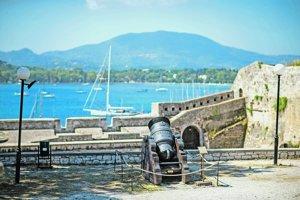 Benátčania ubránili Korfu pred nájazdmi Osmanov. Minulosť pripomínajú staré kanóny.