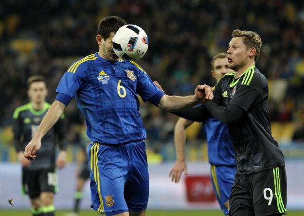 Taras Stepanenko (vľavo) si oblieka aj reprezentačný dres. Teraz si však v národnom tíme urobil nepriateľov.
