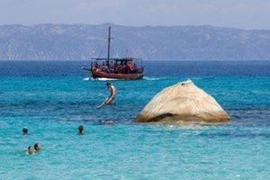 Priezračné more pri pláži Portokali je ideálne na šnorchlovanie. V pozadí je hora Athos na rovnomennom polostrove, kde si vládnu mnísi.