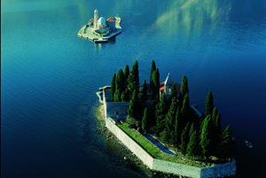 Ostrovčeky Gospa od Škrpjela a Sveti Djordje ležia v Kotorskom zálive nedaleko Perastu.