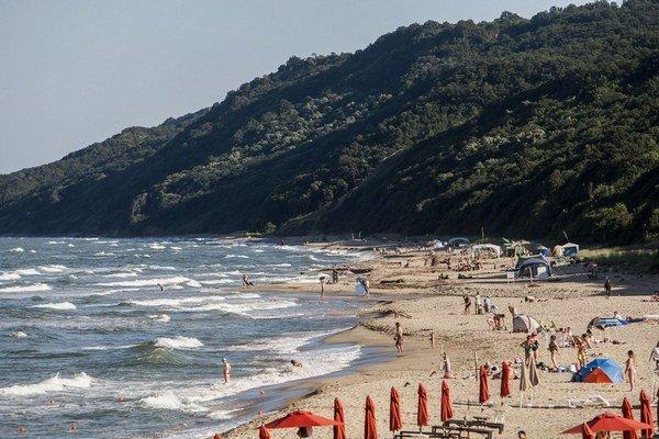 Tam, kde sú slnečníky, je ešte pláž Vaja. Za riekou (v strede) začína Irakli.