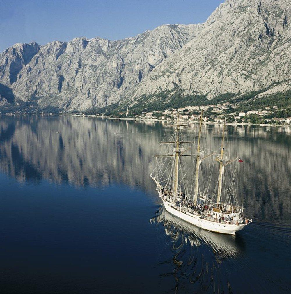 Boku Kotorskú obkolesujú vysoké hory, ktoré zo zálivu robia vynikajúci prirodzený prístav.