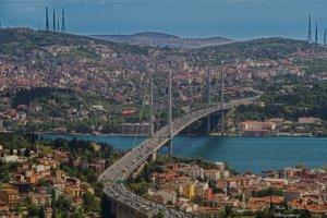 Istanbul sa rozkladá na oboch brehoch Bosporského prielivu.