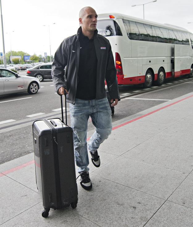 Andrej Sekera prichádza na letisko.