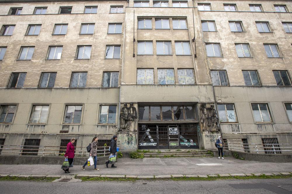 Budova je národnou kultúrnou pamiatkou, zbúrať ju nemôžu, v pláne je kompletná rekonštrukcia. V budove vzniku kancelárie a byty, ich cena sa pohybuje od 80- do 400-tisíc eur.