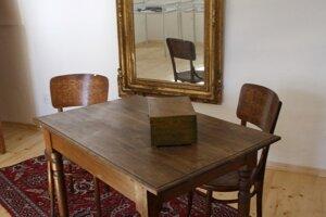 Jediným pôvodne zachovaným predmetom z kaštieľa je zrkadlo.