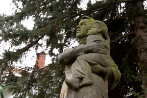 Vypálenie obce a vyvražďovanie obyvateľov pripomína v obci pamätník matky, chrániacej si svoje dieťa.