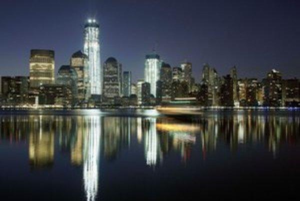 Vľavo vysvietená budova One World Trade Center.