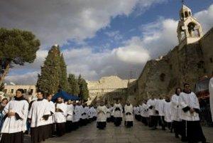 Kostol narodenia Pána, na ktorého mieste sa podľa Biblie pred vyše dvetisíc rokmi narodil Ježiš Kristus, majú v správe arménski a grécki ortodoxní katolíci. Pre ich spory a hádky o to, kto zaplatí rekonštrukciu, sa môže jeden z najstarších kostolov na sve