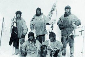 Smola byť druhým. Veliteľ britskej výpravy Robert Falcon Scott (hore v strede), Edward Wilson, Henry Bowers, Lawrence Oates, Edgar Evans na južnom póle.