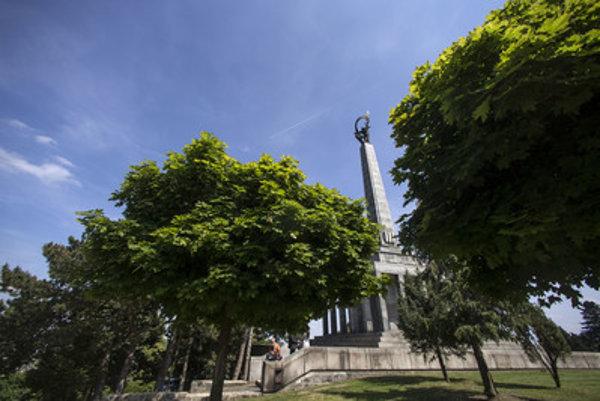 Účasť na pietnom akte kladenie vencov na bratislavskom pamätníku Slavín zatiaľ potvrdil len vicepremiér pre investície Peter Pellegrini.