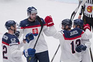 Hokejisti Slovenska sa tešia z druhého gólu do siete Maďarska. Jeho autorom bol Tomáš Jurčo (druhý sprava).