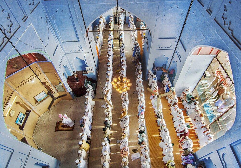 Modlitby Eid ul Fitr v mešite Alamgir vo Váránasí v indickom zväzovom štáte Uttarpradéš. Fotografia dokumentuje vzťahy medzi hinduistami a moslimami v hinduistickom posvätnom meste.