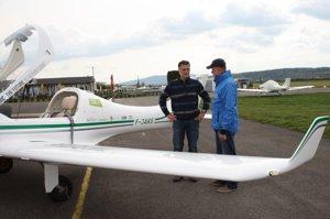 Matevž Lenarčič (vľavo) v lietadle Dynamic obletel svet.