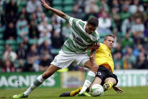 Jeden z dnešných troch gólov Celticu strelil aj švédsky legionár Mikael Lustig (vľavo).