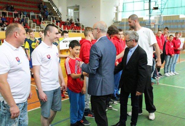 Družstvo Serede doviedol k bronzu mladý tréner Martin Bosý (stojí druhý zľava).