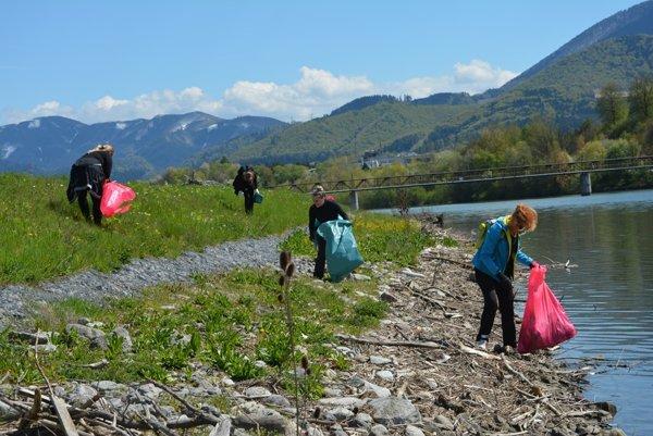 Priložiť ruku k Vodnému dielu prišlo počas dňa okolo 250 dobrovoľníkov.
