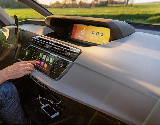 Multimediálny systém po novom podporuje rozhranie Apple CarPlay.
