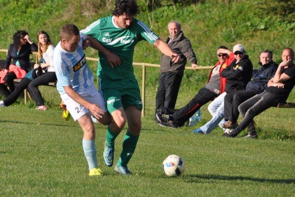 Jozef Kostroš (vpravo) sa tentokrát gólovo nepresadil. Oravská Poruba prehrala v Kline 1:2.