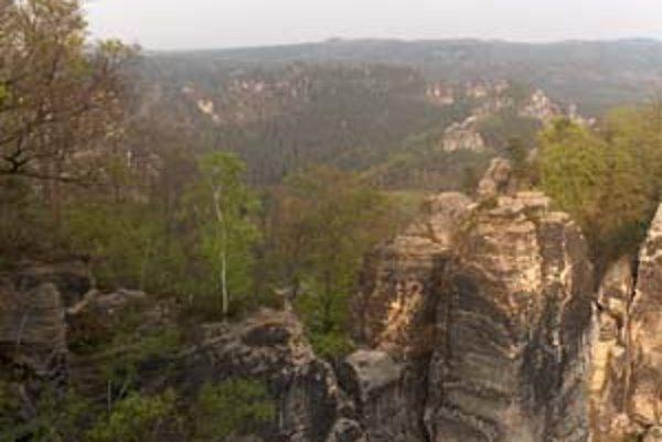 Prírodná scenéria národného parku poskytuje prekrásny výhľad na skalné masívy či pieskovcové stĺpy.