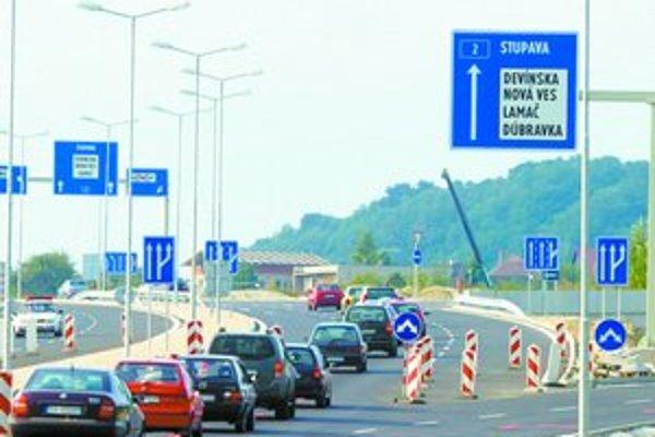 Vláda predpokladá, že príjmy z mýtneho systému pomôžu financovať výstavbu diaľnic.