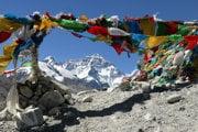 Pohľad na Mount Everest zo základného tábora na tibetskej strane.