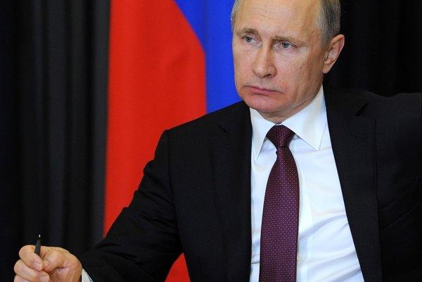Putin privítal spustenie poslednej línie elektrického vedenia na Krym prostredníctvom videomostu zo svojej letnej rezidencie v Soči.
