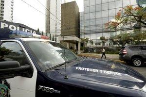Policajné auto stojí pred budovou právnickej firmy Mossack Fonseca počas razie 12. apríla 2016 v Paname.