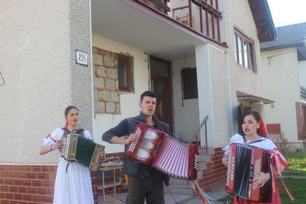 Súrodenecké trio s Viktóriou (vpravo) počas stavania hralo na heligónkach.