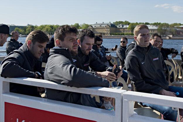 Slovenskí hokejoví reprezentanti si spestrili voľný deň na MS výletom vyhliadkovou loďou po rieke Neve.