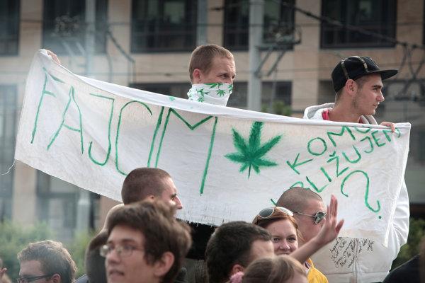 Za miernejšie tresty za drogy či dekriminalizáciu marihuany sa aj na Slovensku uskutočnilo už viacero protestných pochodov a akcií.