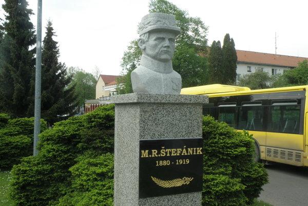Štefánik má v Prievidzi bustu na sídlisku Píly.