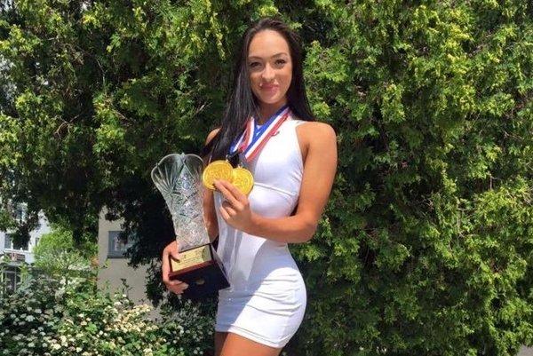 Sympatická Tatiana Kožuchová s medailami a pohárom pre absolútnu víťazku.