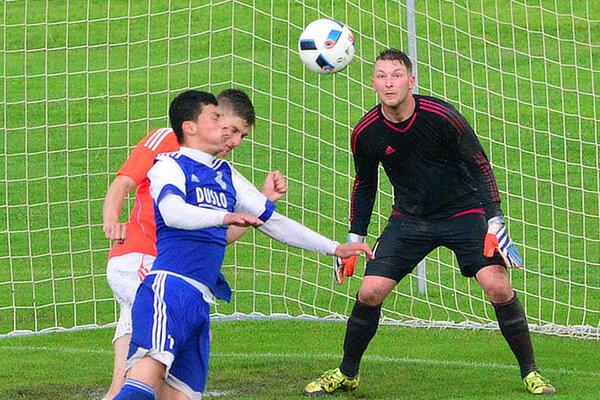 Šimon Valachovič (v modrom) prispel k vysokému víťazstvu dvoma gólmi. Šaľa získala z posledných dvoch zápasov šesť bodov.