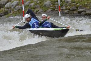 Luka Božič a Sašo Taljat zo Slovinska v kategórii C2 počas finále na ME vo vodnom slalome.