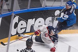 Vladimír Dravecký padá po súboji s Lasse Kukkonenom.