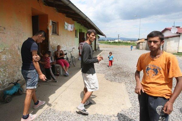 Študent Milan Hudák (v strede) nedostal úradnú zásielku. Vosade sa nedozvedel, že ju Slovenská pošta má.