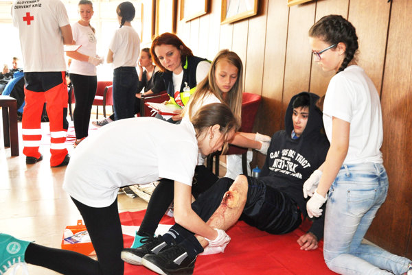 Zraneného ošetrujú mladí zdravotníci zOravskej Polhory.