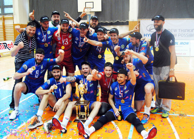 Zlatý tím volejbalistov VK Bystrina SPU Nitra. Celkom vpravo stojí tréner Marek Kardoš, úplne vľavo riaditeľ Róbert Pullman.
