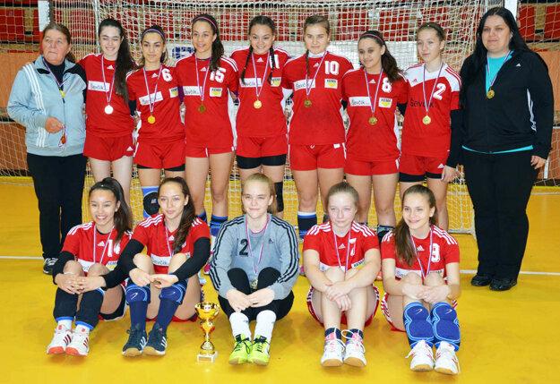 Staršie žiačky Šale (a rovnako tak aj mladšie žiačky) vyhrali bez straty bodu dlhodobú regionálnu súťaž a v júni sa predstavia na finálovom turnaji M-SR.