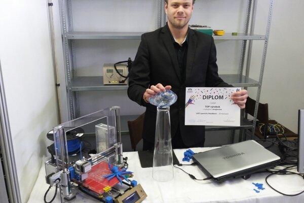 Víťazná trofej za TOP výrobok opäť putuje do SOŠ v Handlovej.