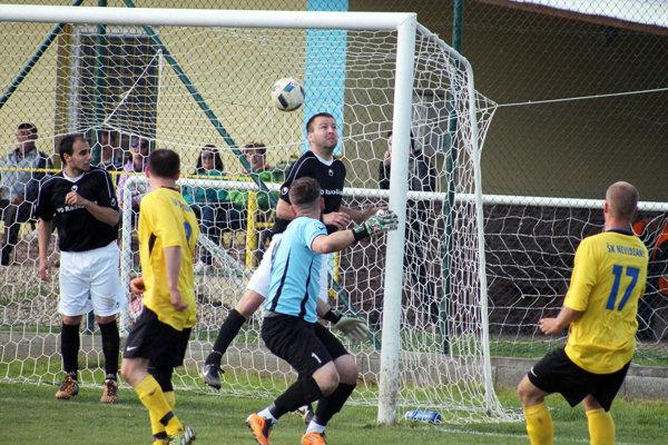 Peter Vojtek (vpravo, č. 17) práve strieľa jediný gól stretnutia Nevidzian s Radošinou.