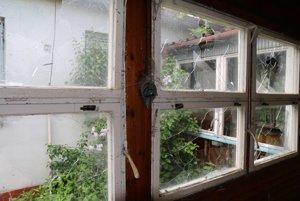 Porozbíjané okná a prerastená burina. Škôlka roky chátra.