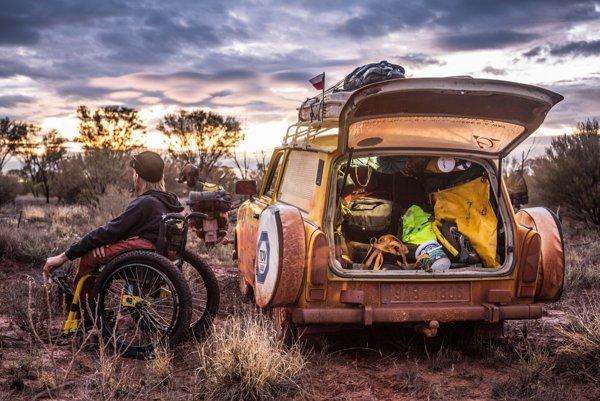 ZPerthu na cestu po Austrálii ajuhovýchodnej Ázii vyštartovali oba trabanty, maluch, motorky JAWA 250 aČZ 175. Vjednom ztrabantov mohli cestovať vozíčkari. Aké je byť závislý od adrenalínu, porozpráva režisér Dan Přibáň vsobotnom rozhovore vo Víkende SME.