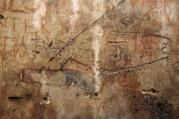 Na snímke nápisy na stene v objekte hladomorne.