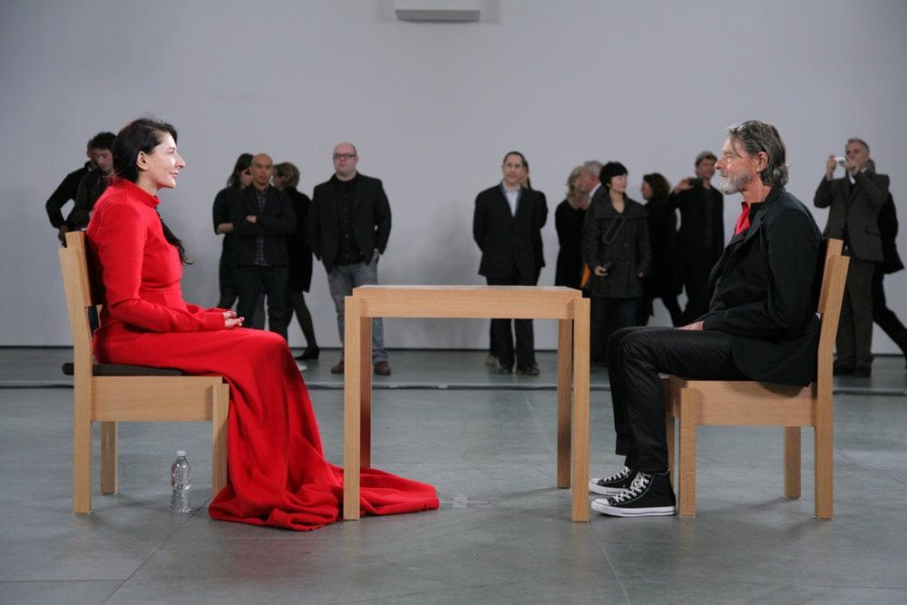 Pohľad do očí ako umenie. Performerka Marina Abramovič a Ulay v Múzeu moderného umenia v New Yorku počas projektu The Artist is Present.