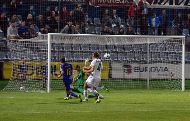 Michalovčan Dominik Kunca (s číslom 17) strieľa gól do siete brankára Žiliny Aleša Mandousa.