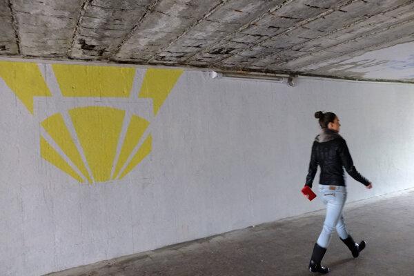 V podchode v uplynulých týždňoch pribúdali na stenách farebné obrazy z ulíc Žiaru. Strop však môže byť hrozbou pre ľudí.
